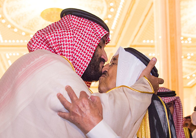 ولي العهد السعودي محمد بن سلمان بحيي أمير الكويت الشبخ صباح الجابر الصباح خلال زيارته للكويت، 30 سبتمبر/أيلول 2018