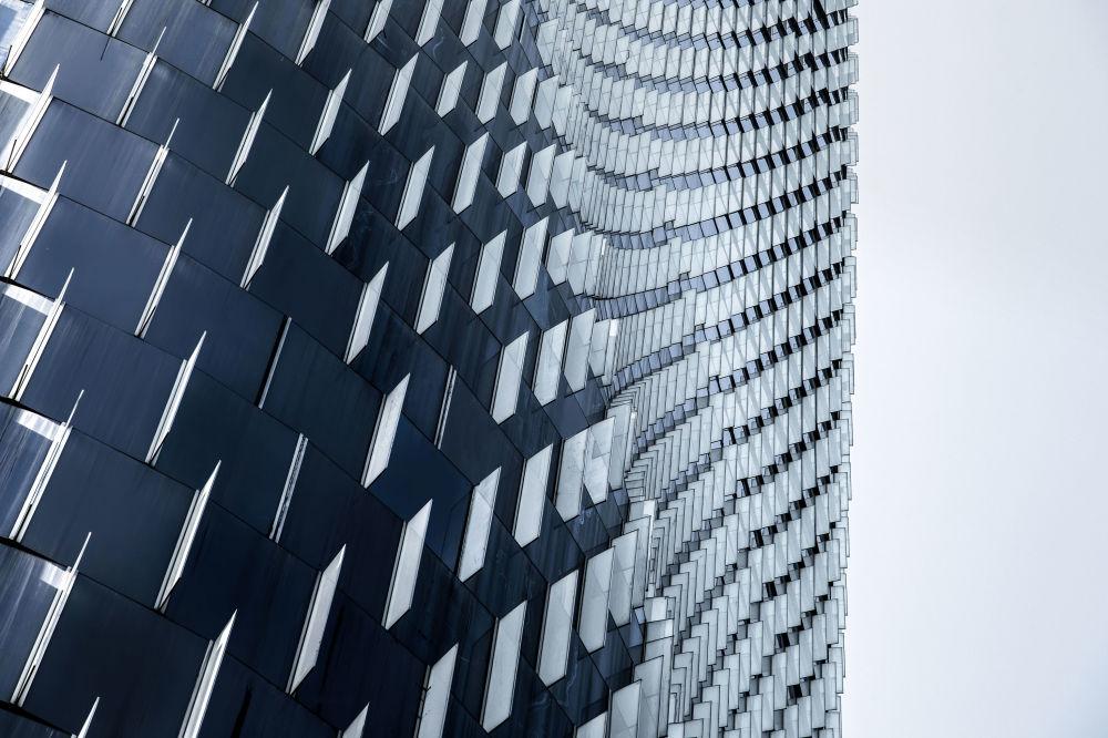 صورة لمبنى البنك الصيني China Tower Ningbo، من قبل المصور هي شينهوان من الصين، الذي دخل ضمن قائمة المرشحين النهائيين لمسابقة جوائز فن التصوير المعماري 2018 في فئة التصميم الخارجي