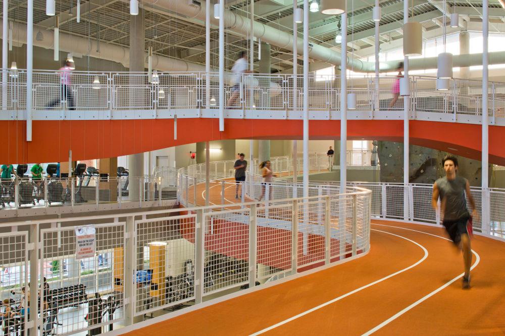 صورة لمركز رياضي Recreation and Wellness Center ، من قبل المصور براد فينكنوبف من الولايات المتحدة، الذي دخل ضمن قائمة المرشحين النهائيين لمسابقة جوائز فن التصوير المعماري 2018 في فئة المباني المستخدمة
