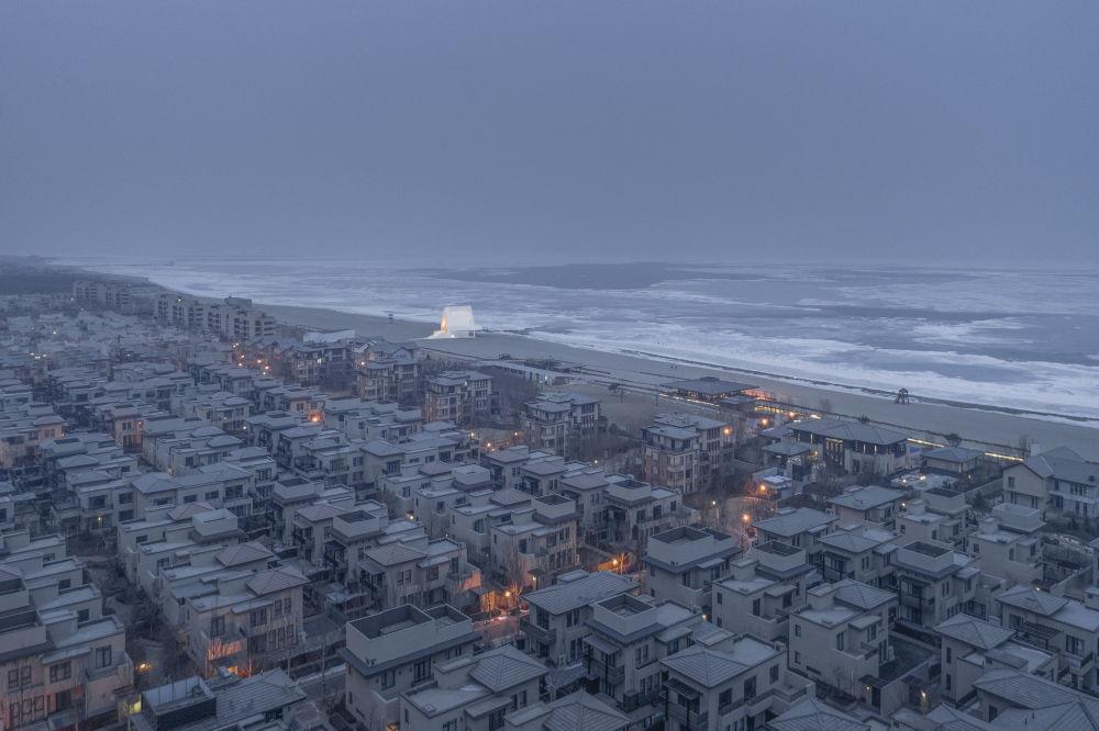 صورة Seashore Chapel، لكنيسة صغيرة على شاطئ البحر الأصفر في الصين، من قبل المصور الصيني آي تشينغ، الذي دخل ضمن قائمة المرشحين النهائيين لمسابقة جوائز فن التصوير المعماري 2018 في فئة إحساس المكان