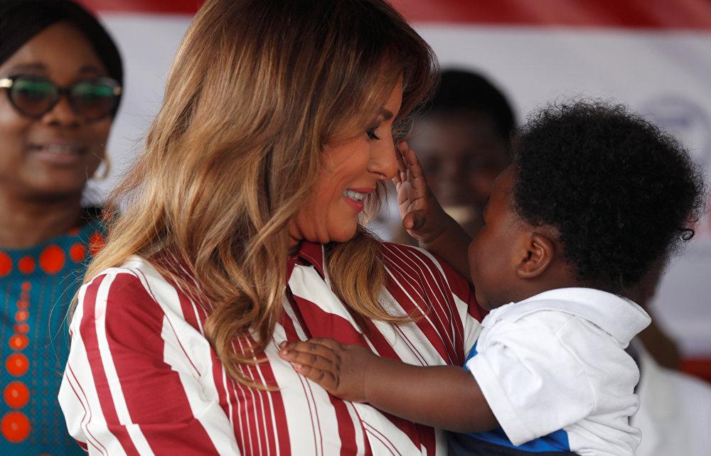 ميلانيا ترامب تحتضن طفلا خلال زيارتها لغانا، 1 أكتوبر/تشرين الأول 2018