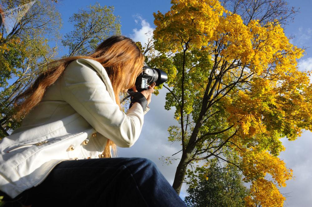 فتاة تلتقط صور في منتزه تساريتسينو في موسكو