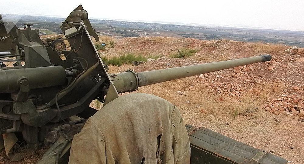 مدفع إم تي 12 الروسي يحظى بإعجاب الجنود السوريين ويدمر تحصينات الإرهابيين