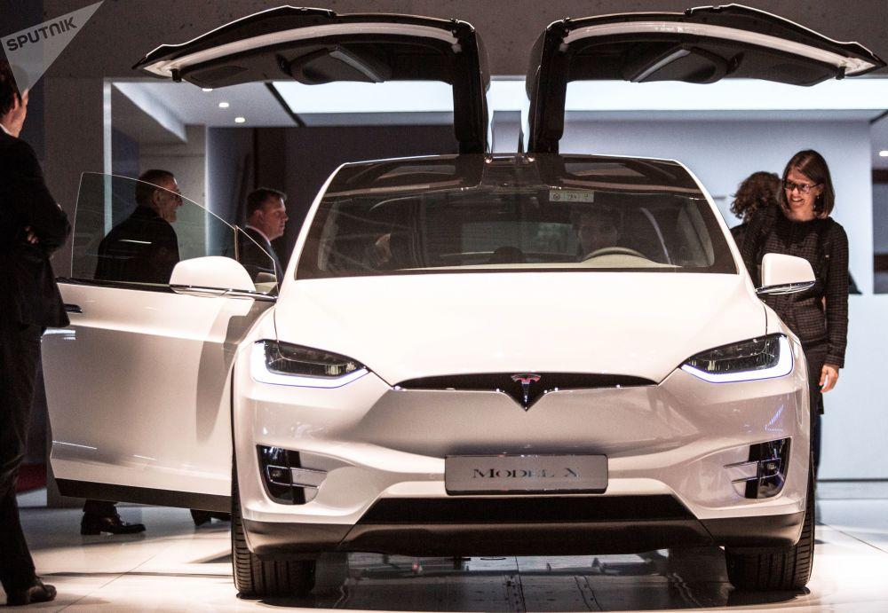 عرض موديل سيارة تيلسا موديل إكس (TESLA Model X) الجديدة معرض السيارات الدولي مونديال دو لوتوموبيل في باريس،  أكتوبر/ تشرين الأول 2018