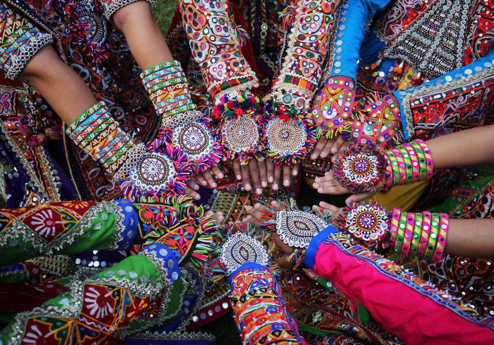 بروفا الرقص الشعبي، حيث ترتدي النساء الزي التقليدي وتزين أيدهن، استعدادا لمهرجان نافراتري، وهو مهرجان يعبد فيه المتعبون الإلهة الهندوسية دورغا في أحمد آباد، الهند 4 أكتوبر/ تشرين الأول 2018