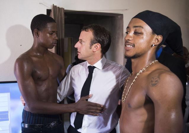 الرئيس الفرنسي إيمانويل ماكرون يلتقي بأهالي حي أورلينز على جزيرة سانت-مارتن الفرنسية في البحر الكاريبي، 29 سبتمبر/ أيلول 2018