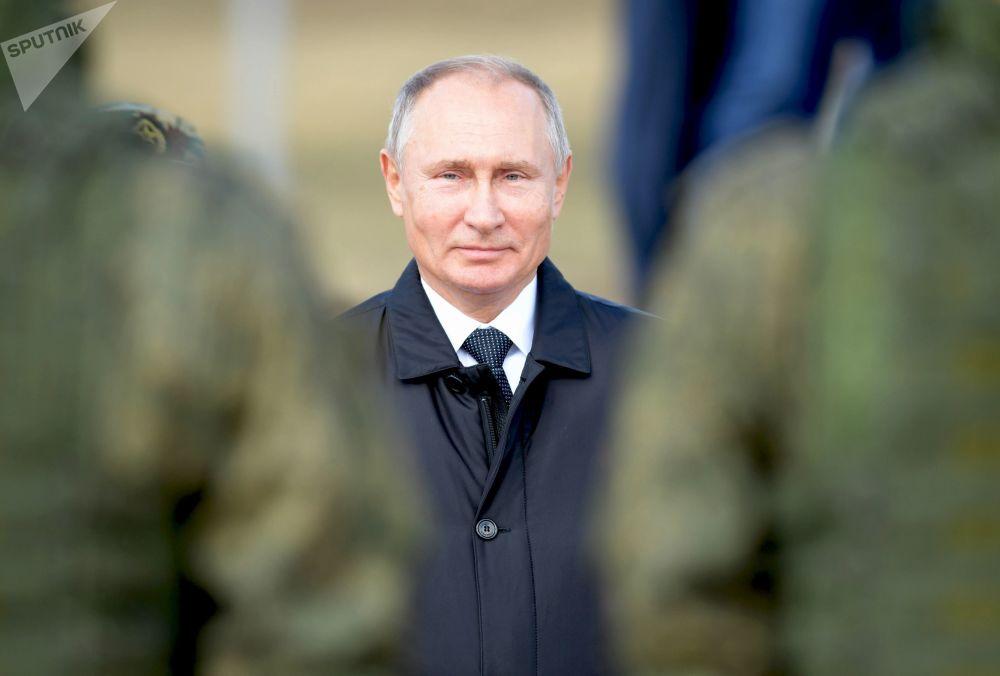 الرئيس فلاديمير بوتين خلال استعراض ميداني لقوات الجيش الروسي بعد انتهاء مناورات الشرق 2018، 13 سبتمبر/ أيلول 2018