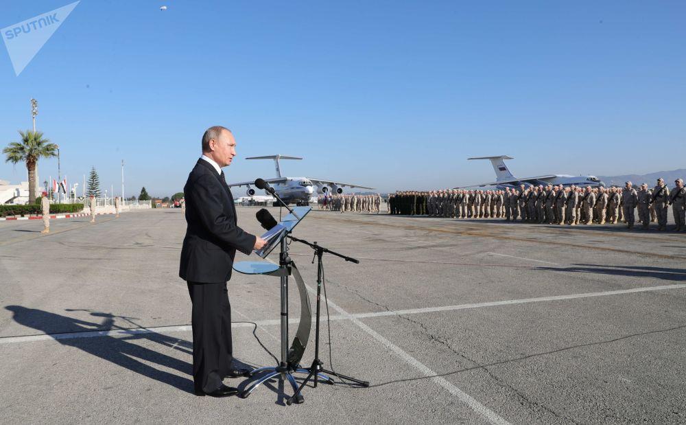 الرئيس فلاديمير بوتين يلتقي بالجنود الروس في القاعدة السورية حميميم في سوريا، 11 ديسمبر/ كانون الأول 2017
