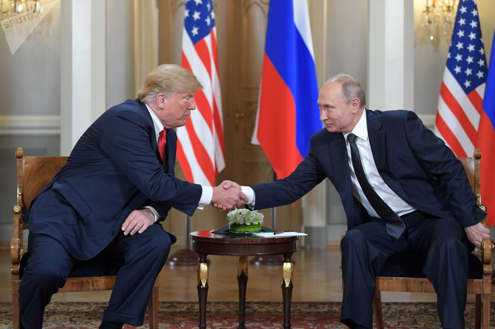 الرئيس فلاديمير بوتين يلتقي مع الرئيس الأمريكي دونالد ترامب في قمة هلسنكي
