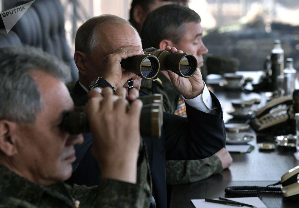 الرئيس فلاديمير بوتين برفقة وزير الدفاع الروسي سيرغي شويغو يتابعان لمناورات فوستوك - 2018 (الشرق - 2018)