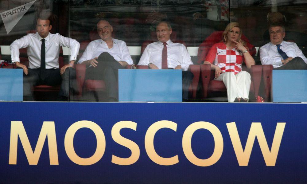 الرئيس فلاديمير بوتين يشاهد مباراة النهائي لبطولة كأس العالم لكرة القدم روسيا - 2018، مع الرئيس الفرنسي إيمانويل ماكرون ورئيسة كرواتيا كوليندا غرابار-كيتاروفيتش، ورئيس الفيفا جياني إنفانتينو، في ملعب لوجنيكي، موسكو 15 يوليو/ تموز 2018