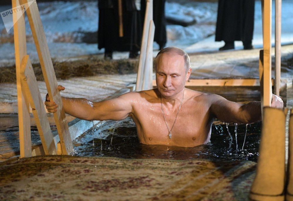 الرئيس فلاديمير بوتين يشارك في مراسم عيد الغطاس في بحيرة سيليغير