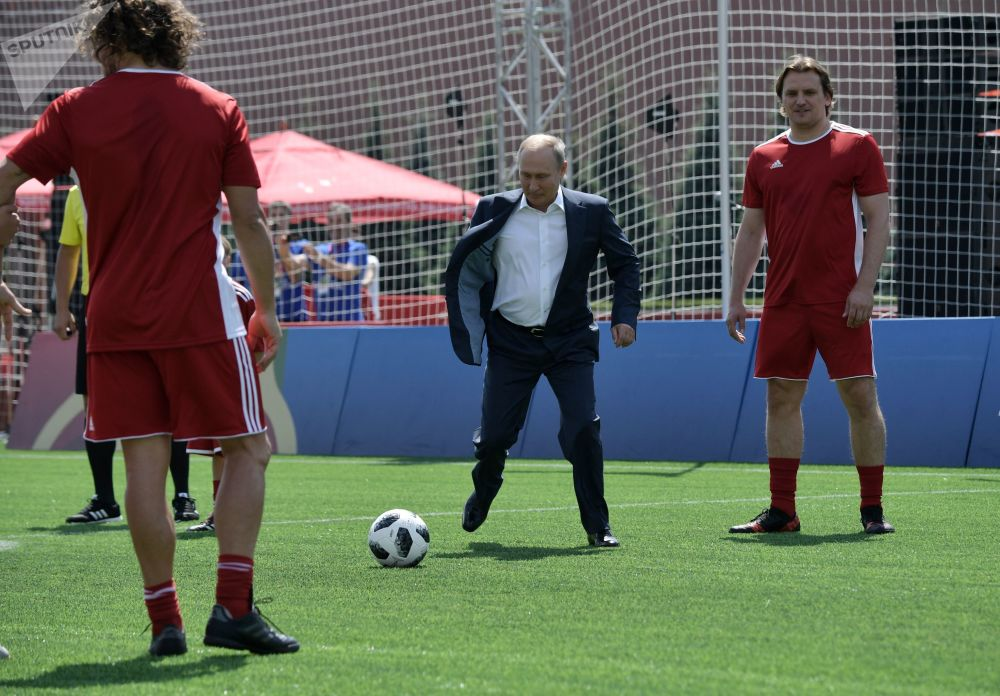 الرئيس فلاديمير بوتين يلعب كرة القدم بملعب مصغر على الساحة الحمراء، في إطار بطولة كأس العالم لكرة القدم في روسيا 2018، 28 يونيو/ حزيران 2018