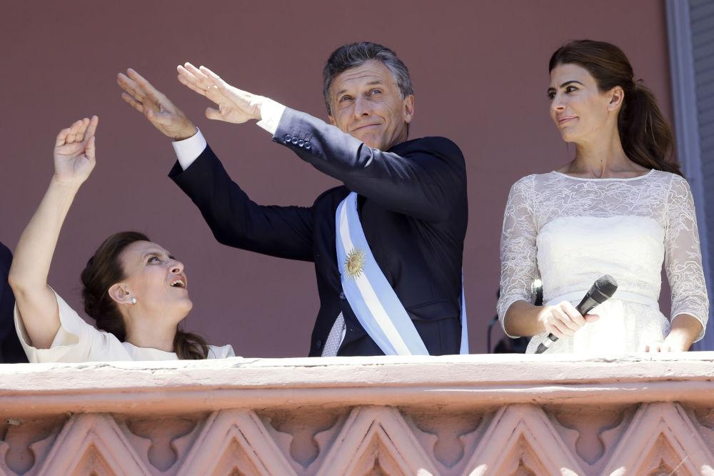 الرئيس الأرجنتيني الجديد ماوريسيو ماكري يرقص أمام أنصاره في البيت الحكومي، بوينس آيرس، الأرجنتين 10 أكتوبر/ تشرين الأول 2015