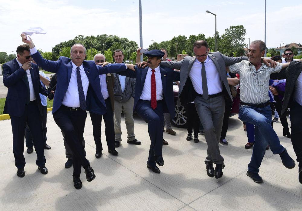 محرم اينجه، النائب الرئيسي لحزب الشعب الجمهوري المعارض في تركيا والمرشح الرئاسي من الحزب، يرقص مع أنصاره في سامسون، تركيا 19 مايو/ أيار 2018.