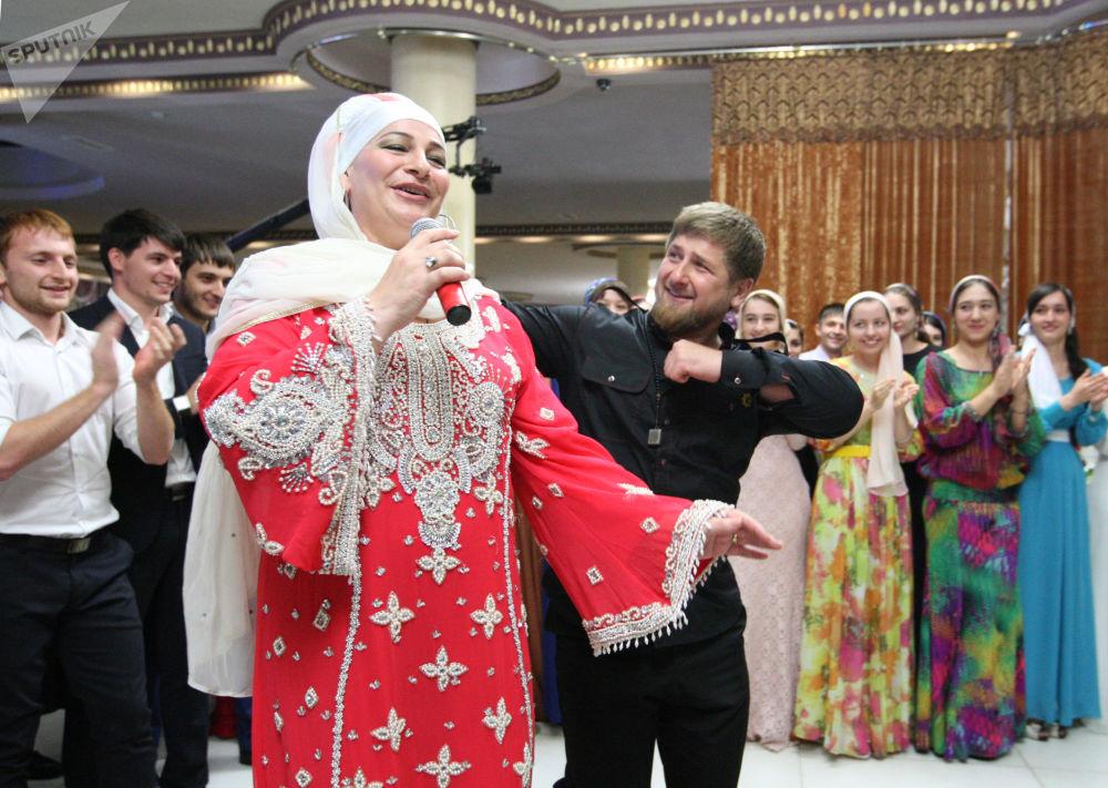 رئيس جمهورية الشيشان رمضان قاديروف يرقص مع الفنانة الشعبية الروسية مكة ميجييفا، في إطار حفل عشاء على شرف افتتاح مجمع حكومي جديد في العاصمة غروزني