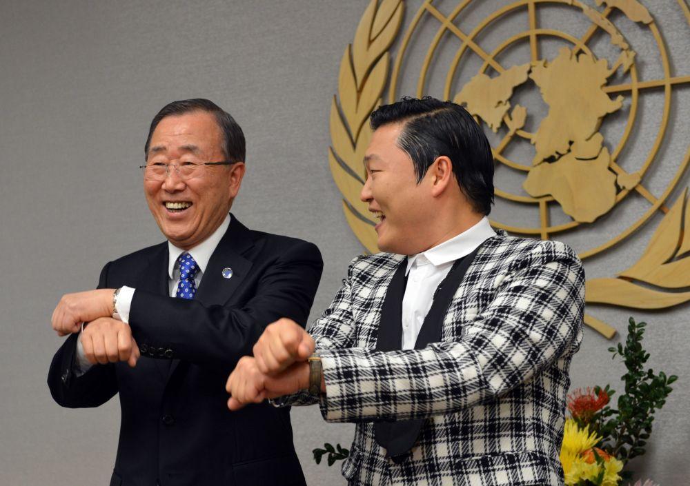 الأمين العام السابق للأمم المتحدة السابق بان كي مون يشارك الفنان الكوري الجنوبي PSY  رقصة غان غام ستايلأ، قبل بدء جلسة الاجتماع في مقر الأمم المتحدة، 23 أكتوبر/ تشرين الأول 2012