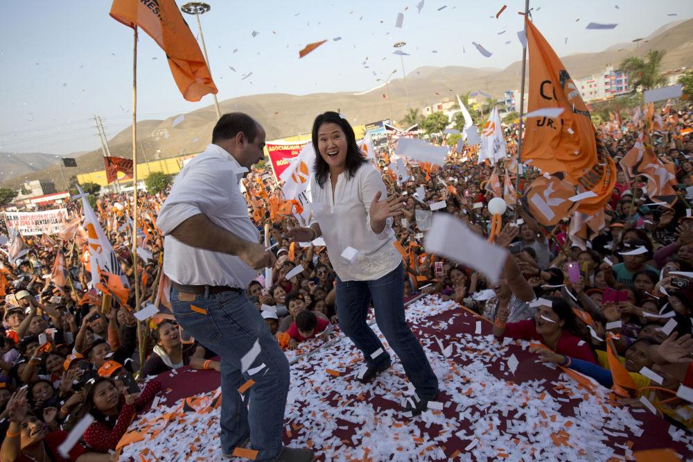 المرشحة الرئاسية كيكو فوجيموري وعضو الكونغرس الجديد بيدرو سبادارو يرقصان خلال مسيرة ما قبل الانتخابات في ليما، بيرو 31 مايو/ أيار 2018