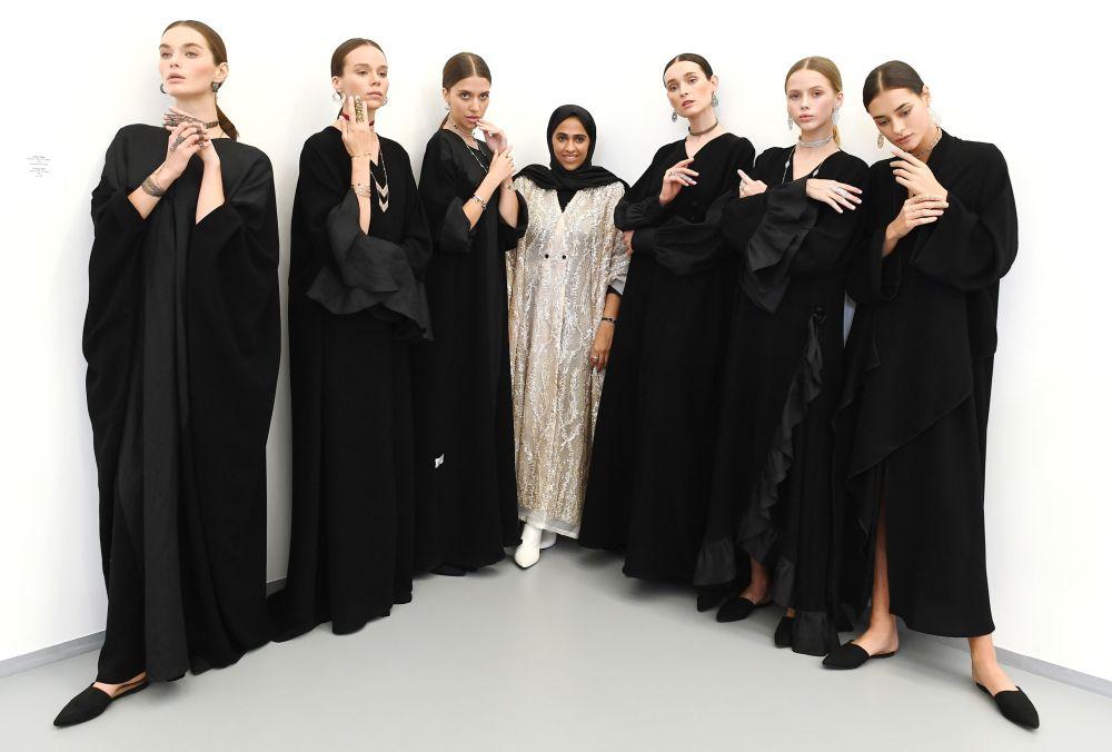 عارضتا أزياء تقدمتا مجوهرات لدار المجوهرات Noudar والعلامة التجارية WAAD للمصممة القطرية وعد يامن بمعرض فصول قطر بمتحف لفنون الوسائط المتعددة في موسكو