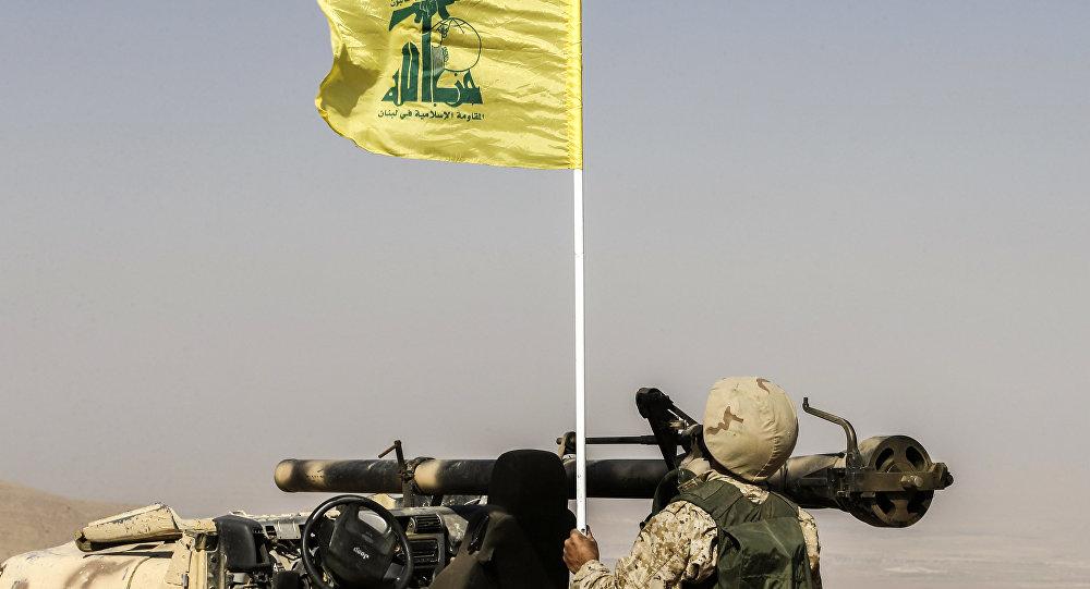 مقاتل لحزب الله أمام مدفع صاروخي