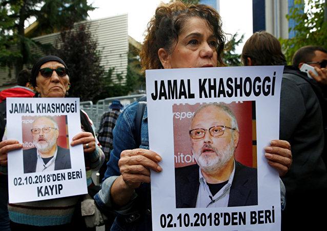 ناشطون في مجال حقوق الإنسان يحملون صوراً للصحفي السعودي جمال خاشقجي أثناء مظاهرة احتجاجية خارج القنصلية السعودية في إسطنبول