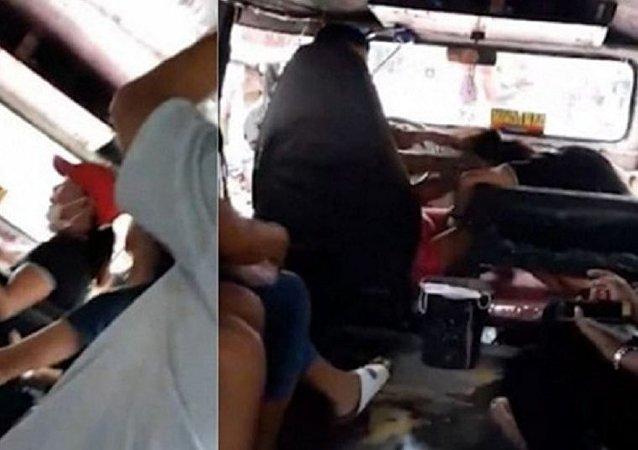 معركة شرسة بين زوجة وحبيبة سائق حافلة