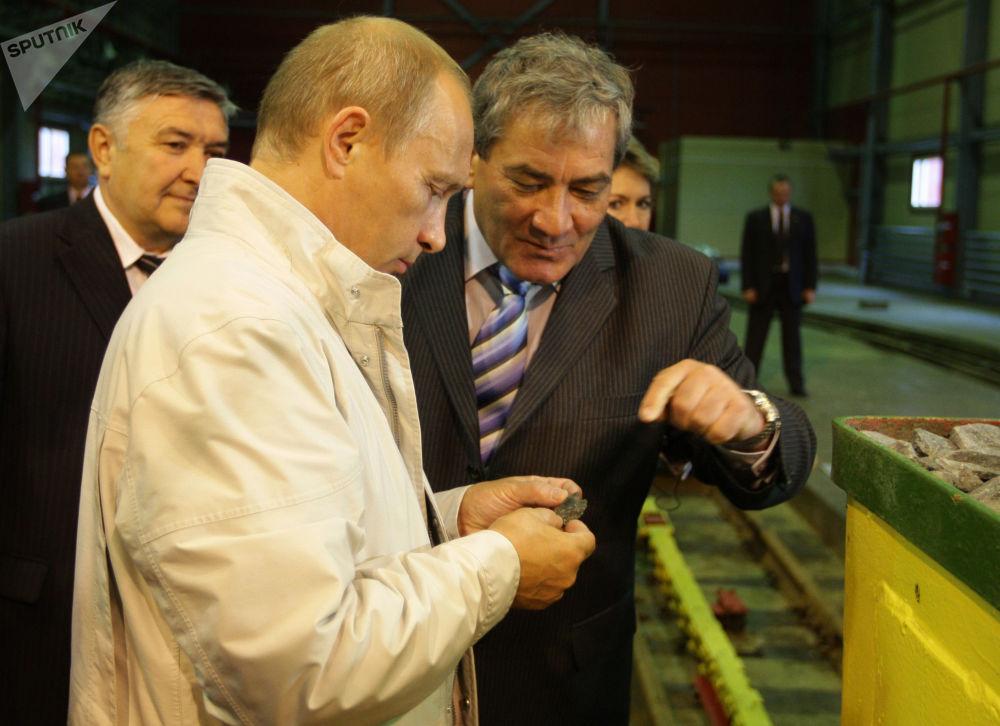 رئيس الوزراء الروسي فلاديمير بوتين (2008-2012) يتعرف على أعمال المنجم الخاص بإنتاج الألماس على أنبوب مير كمبرلايت. من اليمين: رئيس جمهورية ساخا (ياقوتيا) فياتشيسلاف شتيروف (2002-2010) 21 آب\أغسطس 2009