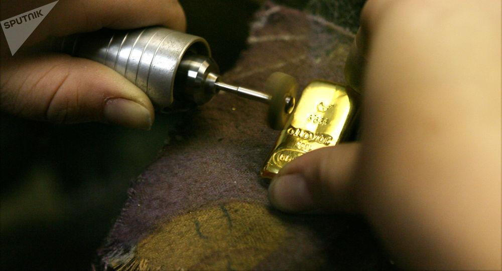 تنظيف وتلميع سبائك الذهب في مصنع تنظيف الذهب في نوفوسيبيرسك