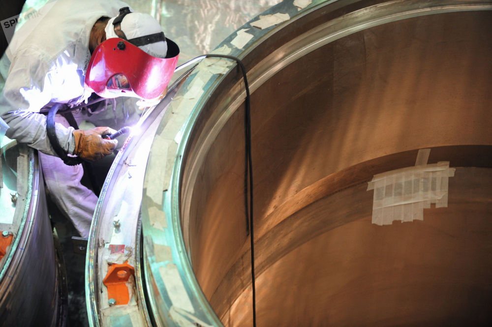 يقوم عامل بأعمال اللحام أثناء تجميع المفاعل في المنطقة النظيفة لوحدة الطاقة BN-800 في محطة الطاقة النووية بيلويارسك