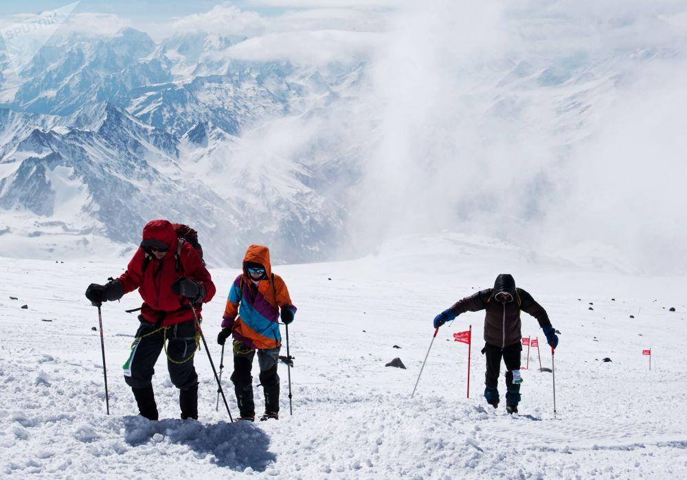 سباق الصعود إلى أعلى قمة جبال إلبورس في كاباردينو-بالكاريا، جنوب روسيا