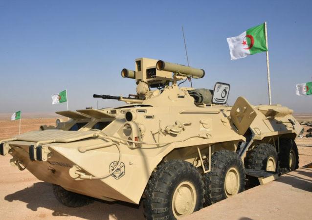 إحدى عربات بي تي إر-80 الجزائرية المزودة بنظام  صواريخ كورنيت المضادة للدروع