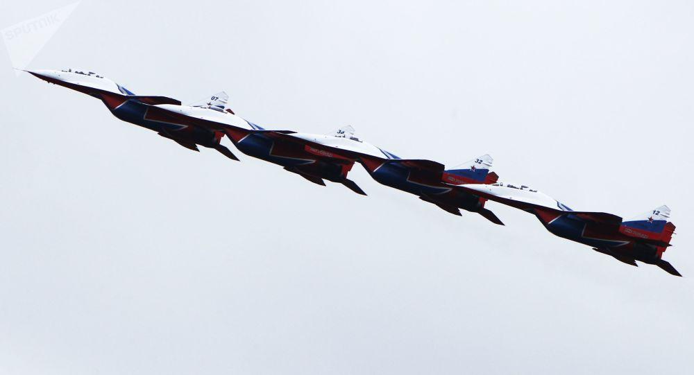 فرقة الاستعراض الجوي ستريجي (ميغ-29) خلال فعالية وزارة الدفاع الروسية الخدمة العسكرية بموجب العقد - اختيارك في كوستروما الروسية