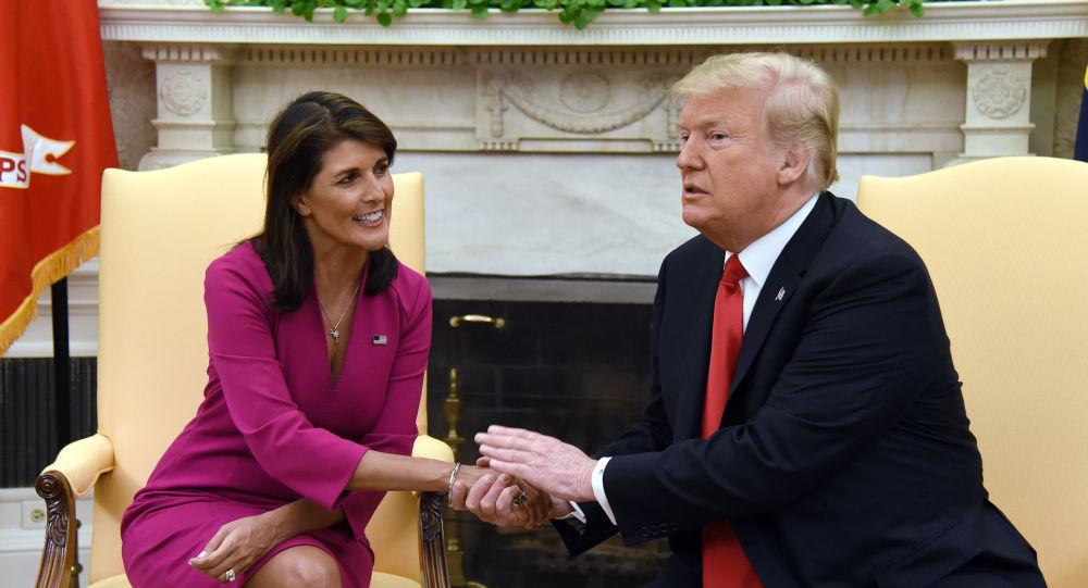 الرئيس الأمريكي دونالد ترامب يصافح يد سفيرة الولايات امتحدة إلى الأمم المتحدة نيك هايلي، في البيت الأبيض بواشنطن، بعد الإعلان عن تقديم استقالتها، 9 أكتوبر/ تشرين الأول 2018