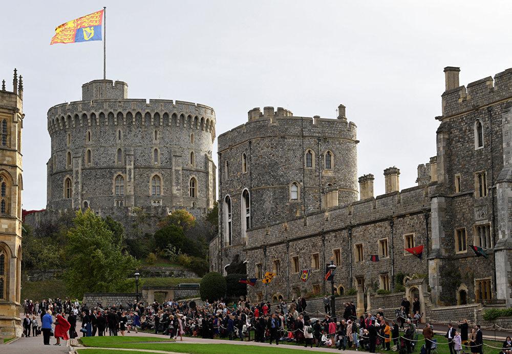 الجمهور ينتظر حفل زفاف الأميرة زفاف الأميرة يوجيني حفيدة الملكة إليزابيث، بريطانيا 12 أكتوبر/ تشرين الأول 2018