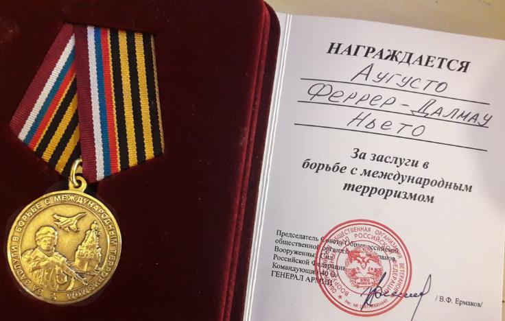 ميدالية شرف الجيش الروسي تقديرا للرسام أوغوستو دالماو-فيرير نييتو بمكافحة الإرهاب الدولي