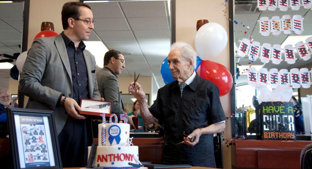 صورة أرشيفية للحلاق الأمريكي، أنثوني مانتشينيللي وهو يحتفل بعيد ميلاده الـ 105