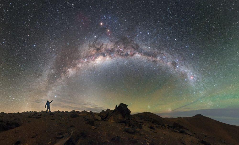 درب التبانة فوق مرصد بارانال في صحراء أتاكاما، تشيلي
