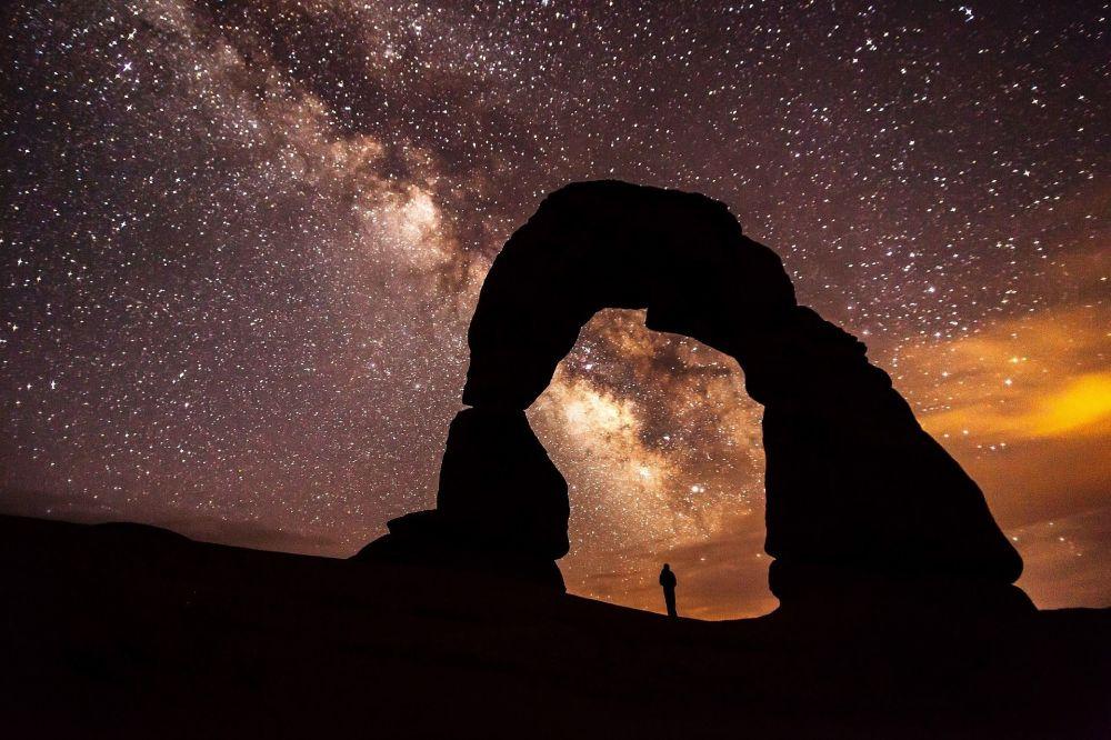 مجرة درب التبانة من خلال قوس ديليكت في ولاية يوتا الأمريكية