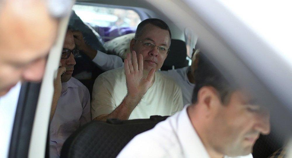 أمر القضاء التركي اليوم الجمعة برفع كافة القيود القضائية المفروضة على القس الأمريكي أندرو برونسون وإطلاق سراحه فورا.