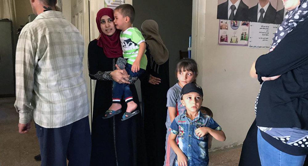 سوريون يتلقون علاجا من طبيب عسكري روسي