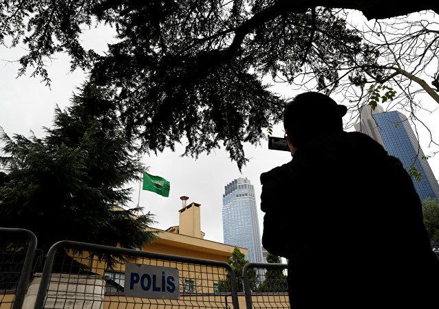 كاميرا صانع أفلام خارج القنصلية السعودية في إسطنبول