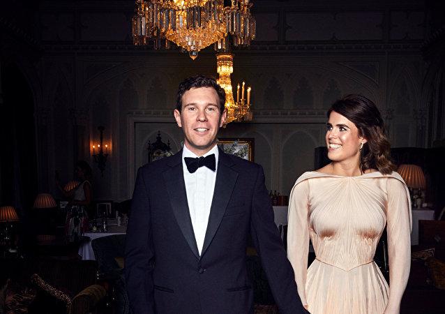 صورة الزفاف الرسمية التي أصدرتها هيئة الاتصالات الملكية للأميرة يوجيني وجاك بروكس بنك في رويال لودج، وندسور