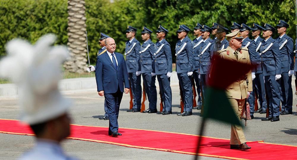 برهم صالح رئيس العراق المنتخب حديثاً يسير خلال حفل تسليم في قصر السلام في بغداد
