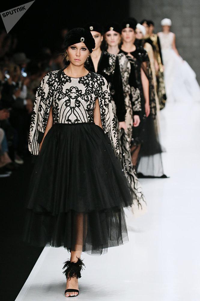عرض أزياء من المصممين المغاربة في عرض أزياء مرسيدس-بينز في إطار أسبوع الموضة في موسكو