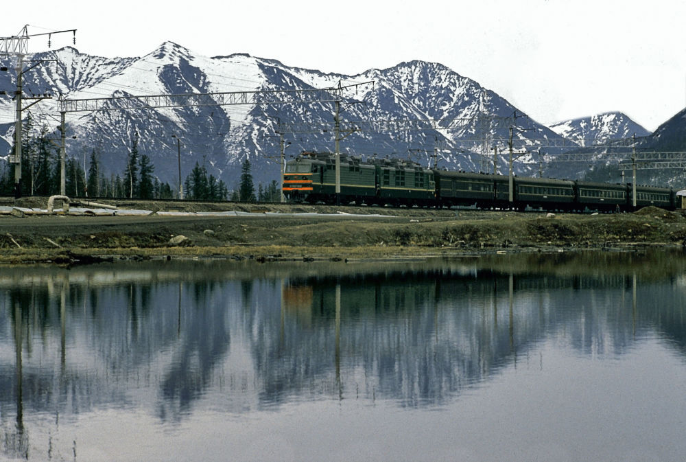 قطار يمر بمحاذاة القسم الغربي من السكة الحديدية بايكال - آمور الرئيسي في منطقة إيركوتسك