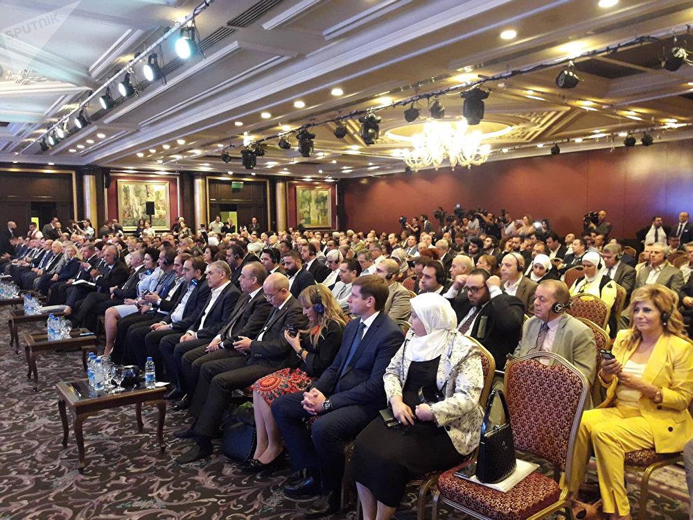 جانب من الحضور في ملتقى القرم قاعدة لنمو العلاقات الروسية السورية في العاصمة دمشق