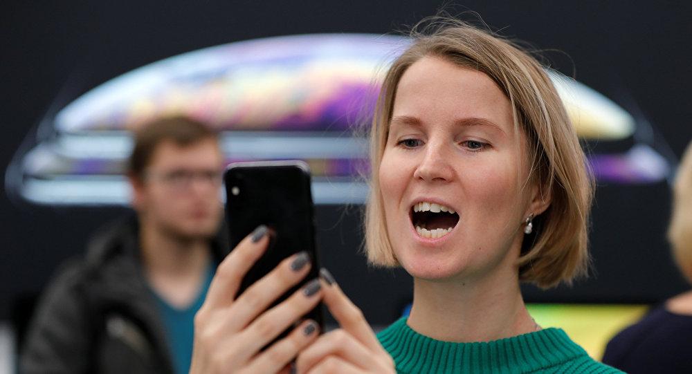عميلة لـ أبل منبهرة في حفل إطلاق هواتف آيفون إكس إس وإكس إس ماكس وإكس آر