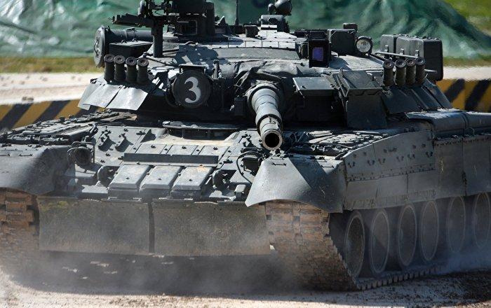 """الجيش الجزائري يجري تدريبات مستخدما منظومة """"كورنيت"""" ودبابة """"تي-90″…فيديو"""