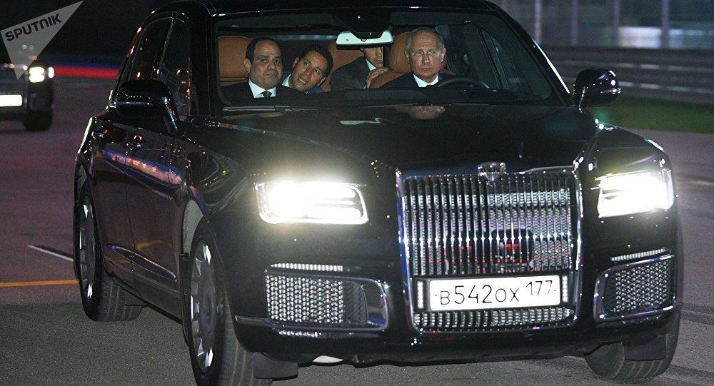 بوتين يصطحب السيسي بجولة في سيارته الجديدة
