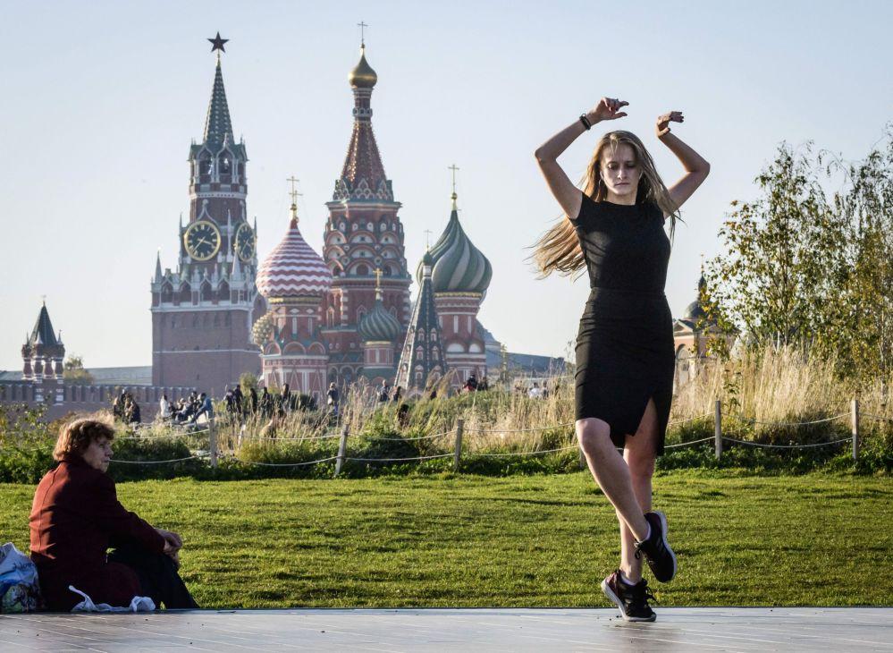 فتاة ترقص في حديقة زارياديه وسط العاصمة موسكو، 15 أكتوبر/ تشرين الأول 2018